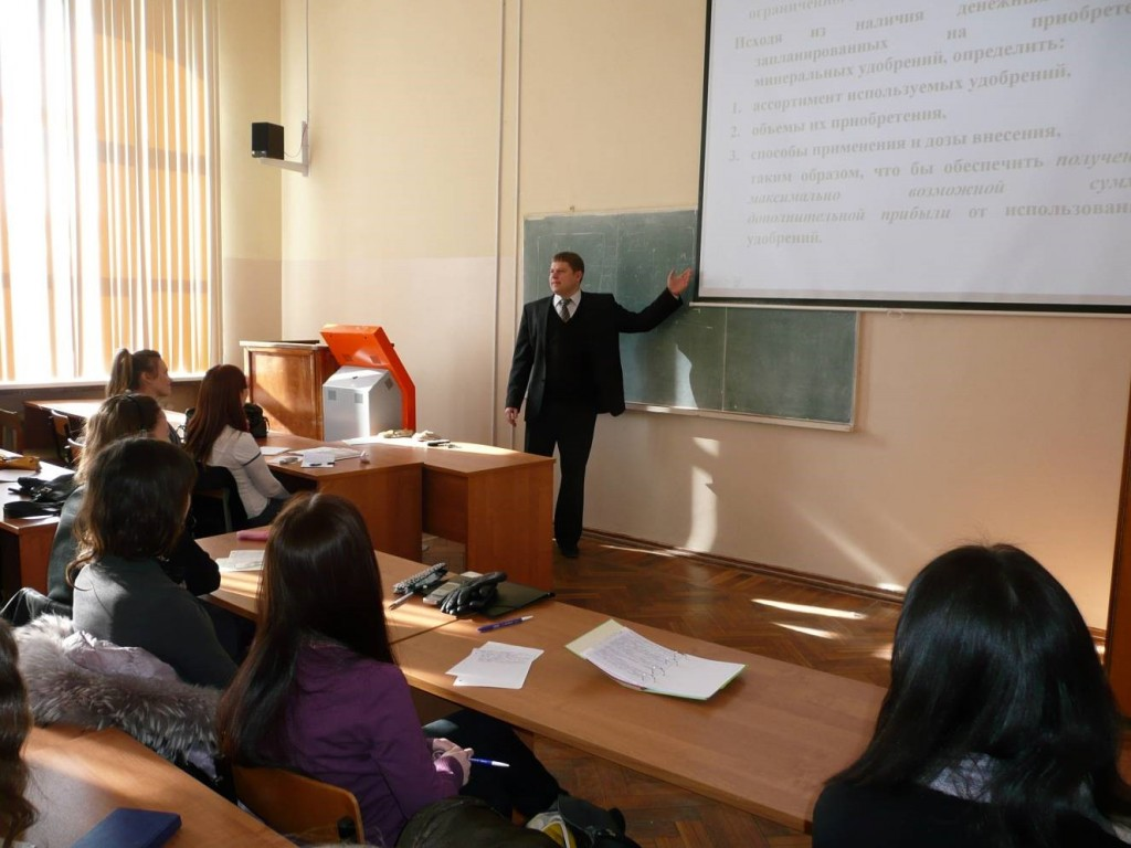 Доцент А.А. Тютюников читает лекцию по моделированию социально-экономических систем и процессов