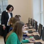 Ассистент Е.П. Суворова объясняет технологию разработки сайта